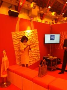 Una Joan Collins estupendamente conservada participando en la campaña de Boks are my bag en la LBF. En versión original iba de blanco inmaculado; el look naranja es cortesía de mi no-tan-smart phone